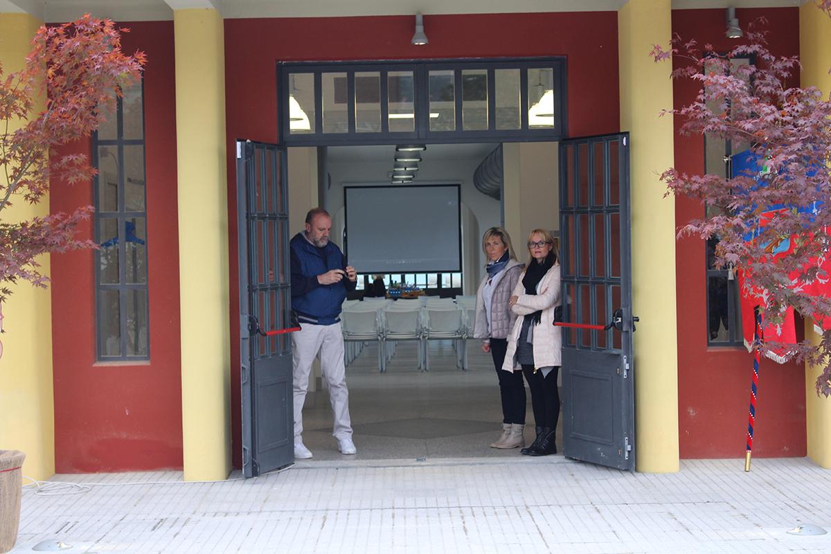 Il vicesindaco di Germignaga, Emanuele Borin, l'assessore all'istruzione, cultura, turismo e informazione, Rosaria Soldati, e la consigliera comunale Chiara Maianti