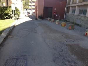 Il manto stradale del vialetto che porta al punto prelievi dell'Ospedale di Luino