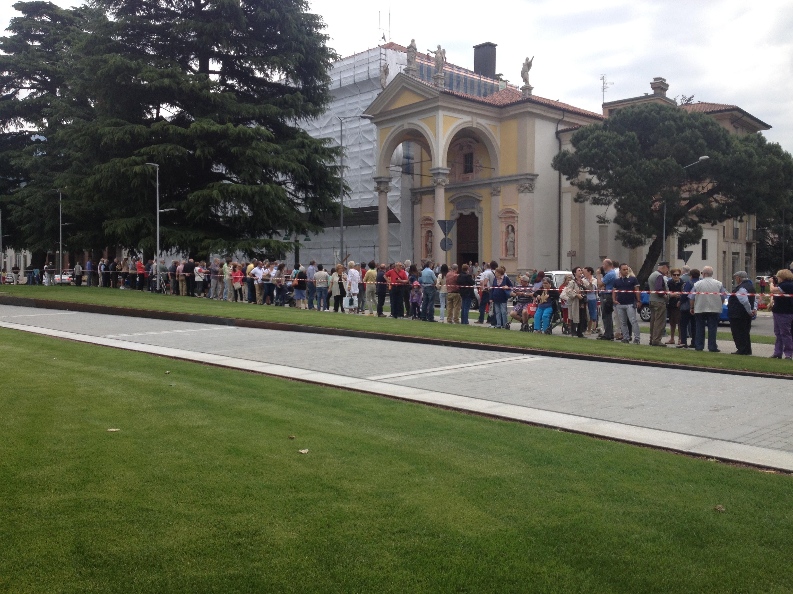 Centinaia, i cittadini che hanno voluto esserci per l'inaugurazione del lungolago di Luino