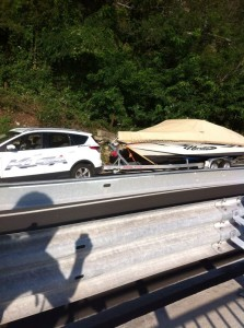 Ecco l'automobile, con a rimorchio l'imbarcazione, colpita dal motociclista (© Foto Alberto Ussia)