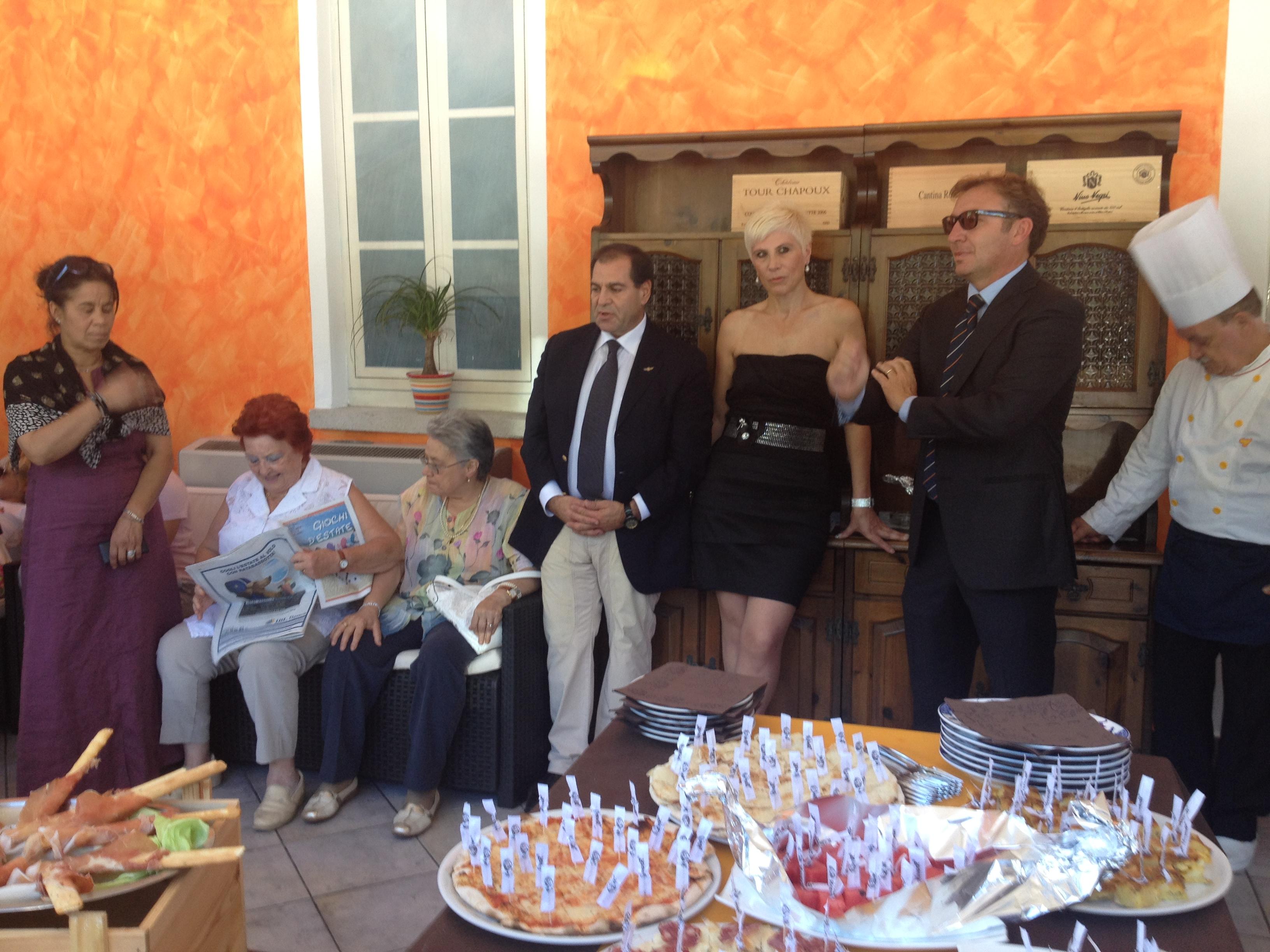 L'aperitivo offerto per l'inaugurazione dello Iat da parte dei nuovi gestori dell'ex Albergo Binda