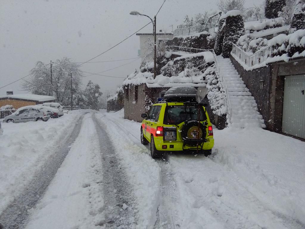 Il luinese colpito dalla neve: elettricità a singhiozzo, strade bloccate e treni soppressi sulla Luino-Gallarate (FOTO)