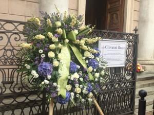 Una corona di fiori dalla Casa Editrice Bompiani per il compianto Giovanni Reale