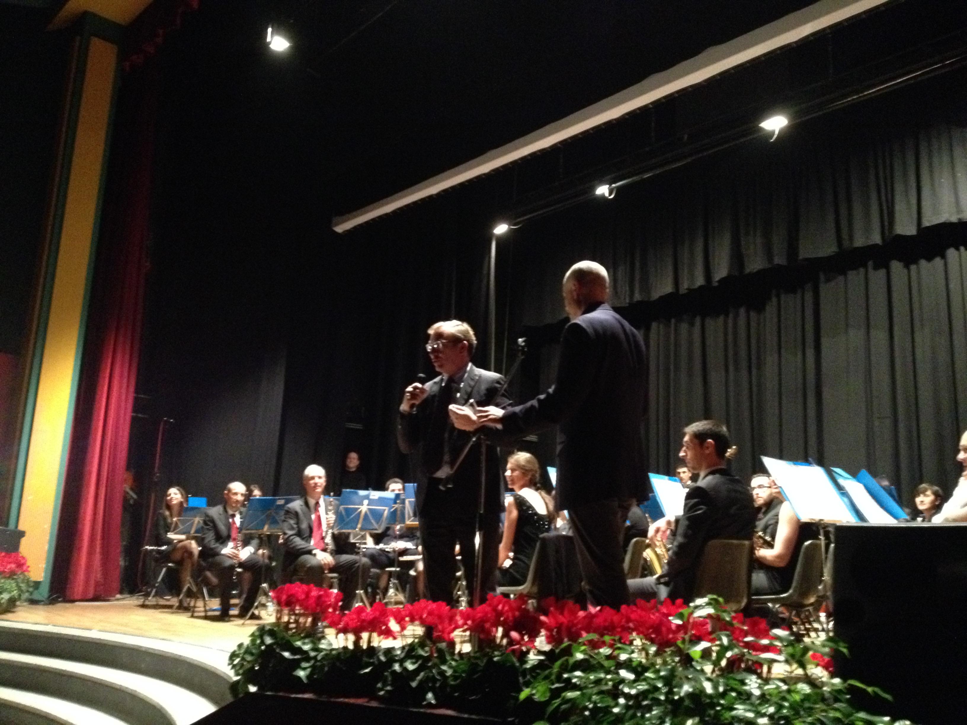 Il sindaco di Luino, Andrea Pellicini, sul palco per premiare Gabriele Galante