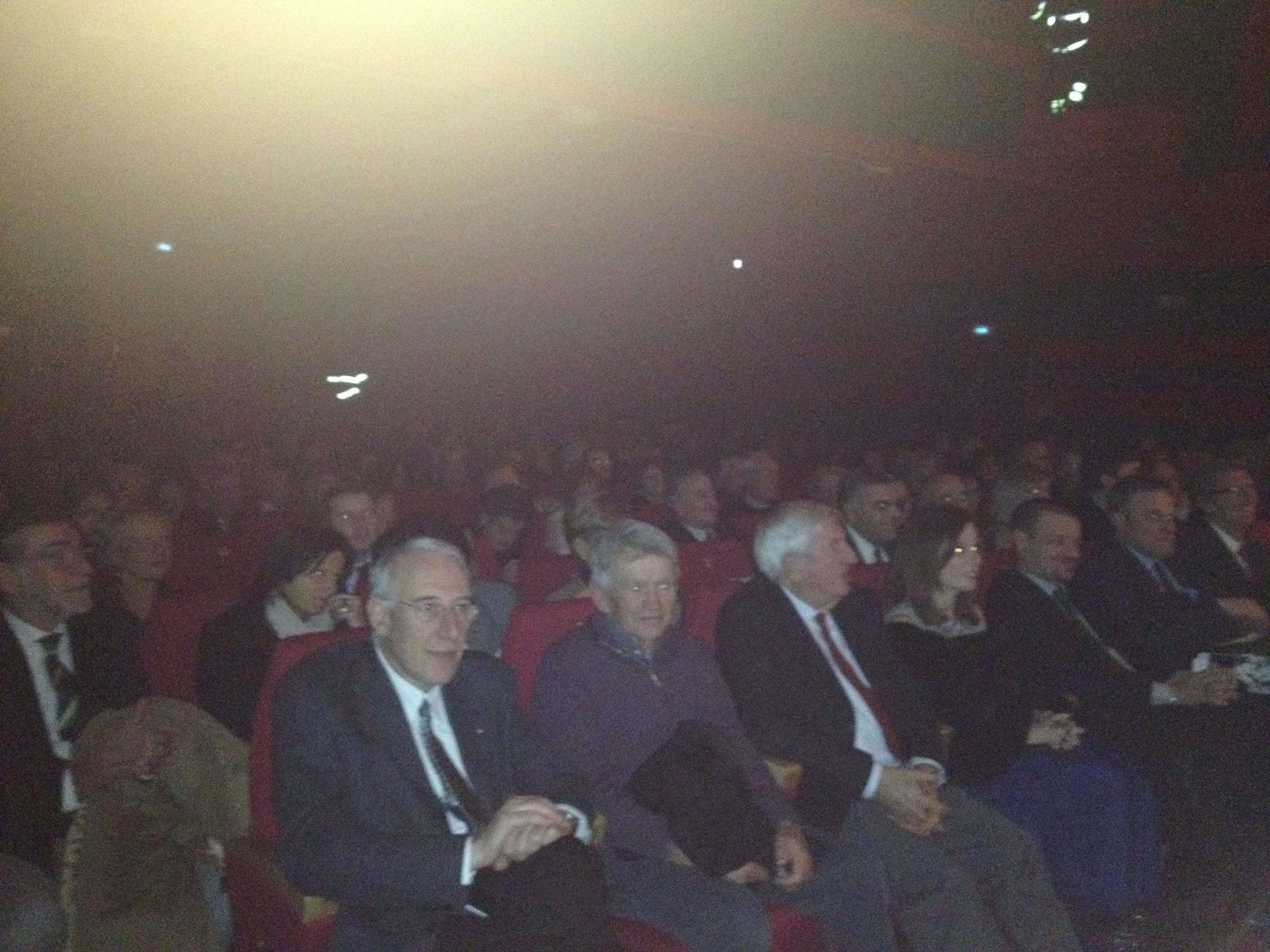 La platea presente al Teatro Sociale di Luino