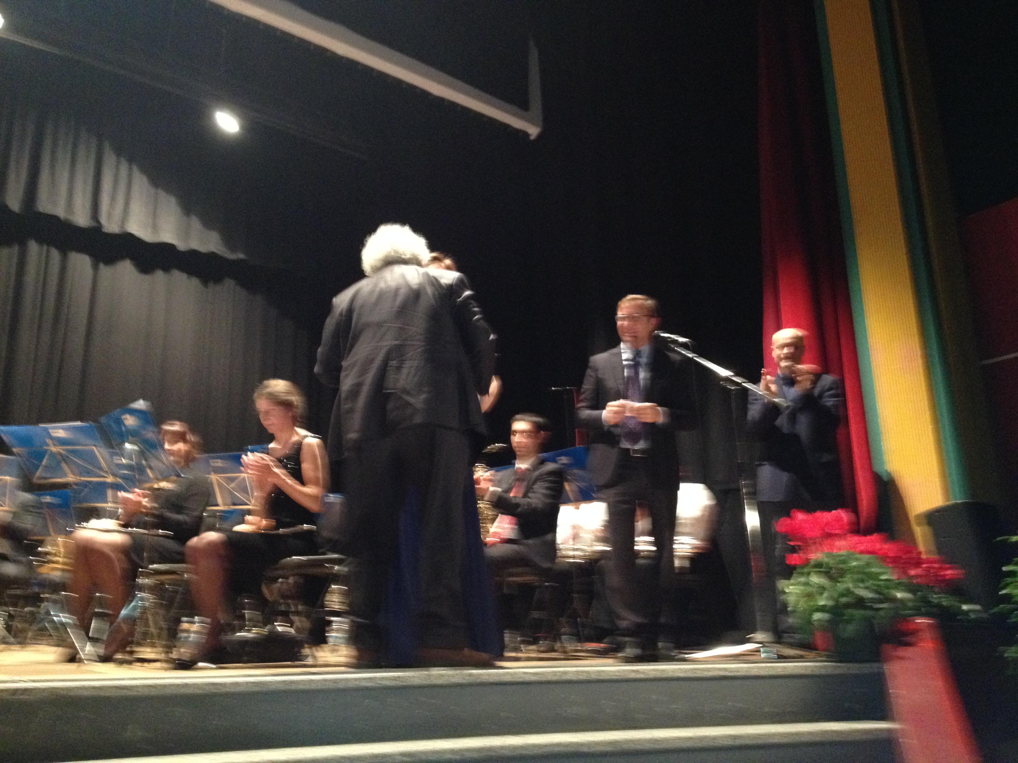 Il sindaco di Luino, Andrea Pellicini, insieme a Sarah Maestri durante la consegna del premio