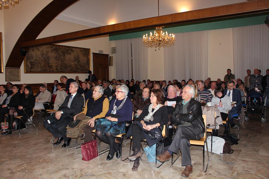 Il pubblico presente all'UBI Banca di Luino
