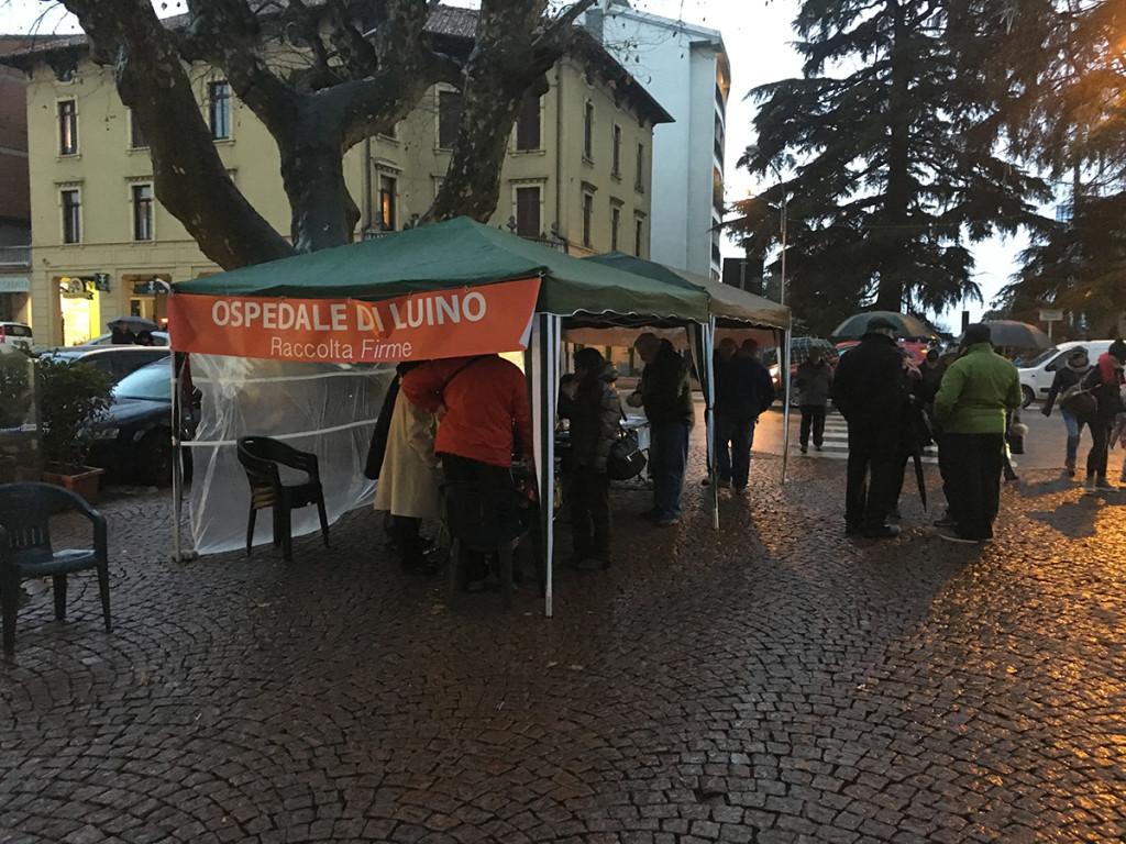 In due giorni oltre 1500 luinesi contro il depotenziamento dell'Ospedale. Firma anche don Sergio, soddisfazione dal Comitato