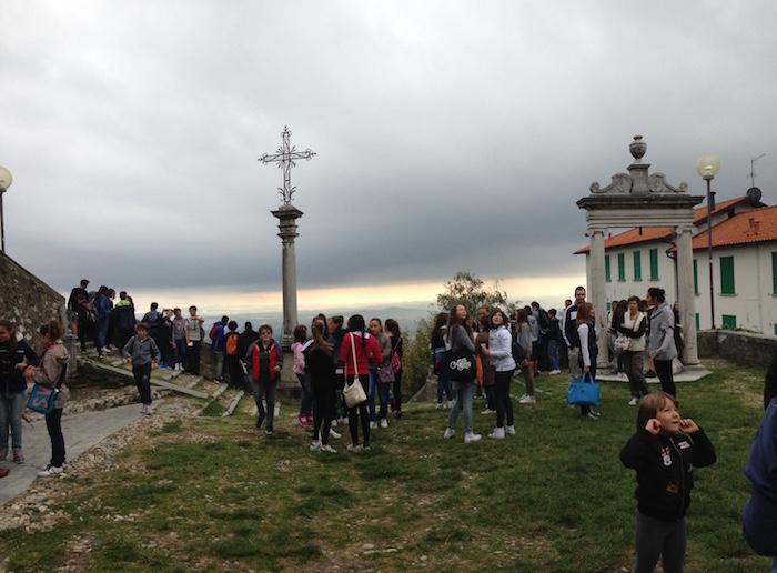 Visita al Sacro Monte per 350 alunni, insegnanti e suore dell'Educandato di Roggiano