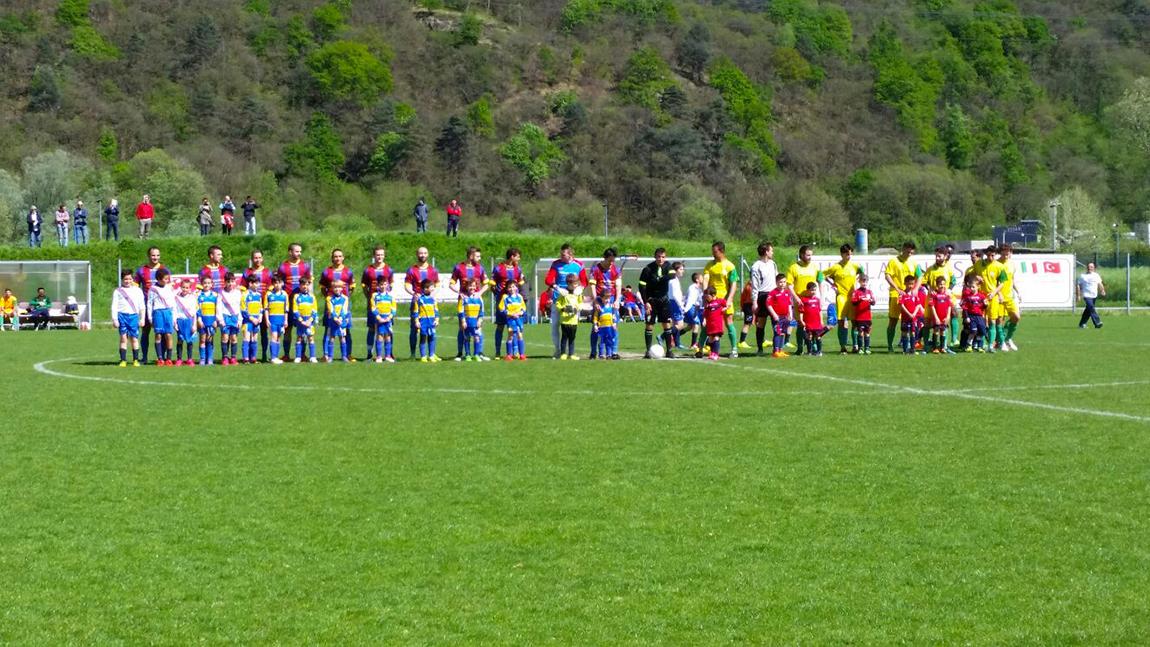 Il Luino-Maccagno pareggia con Caravate, ma vola ai playoff regionali. La festa per i bambini - Foto Filippo Montesanti
