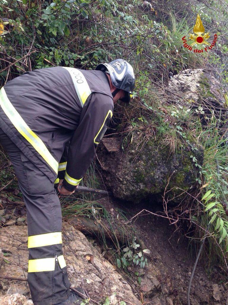 Il pericolo frana a Castelveccana questo pomeriggio e l'intervento dei Vigili del Fuoco