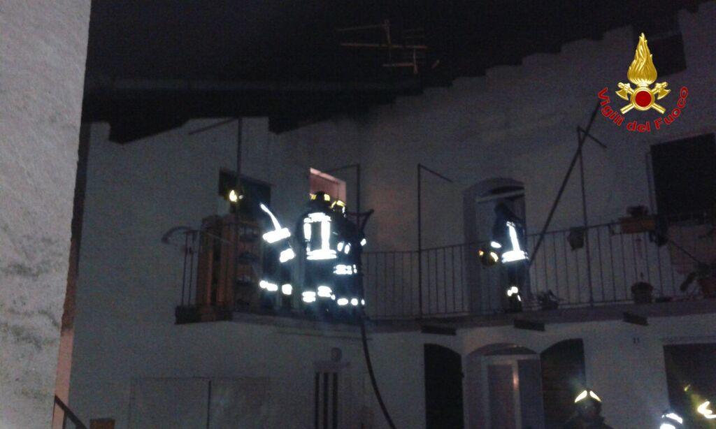 Laveno Mombello, a fuoco un'abitazione durante la notte. Dodici Vigili del Fuoco per spegnere il rogo