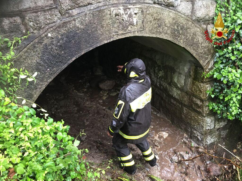 Castelveccana: la forte pioggia causa una frana. Bloccata la strada provinciale da Luino a Laveno
