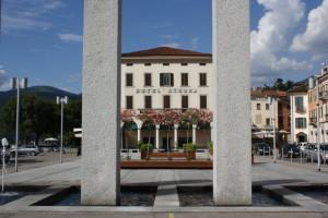 Piazza Libertà, a Luino, adiacente al Bar dell'Imbarcadero (discoverinsubria.it)