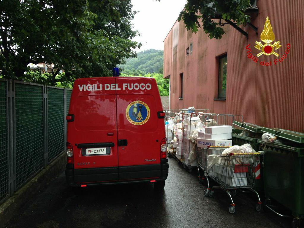 L'intervento dei Vigili del Fuoco di Luino e di Varese che ha permesso lo spegnimento delle fiamme nel deposito del supermercato Billa