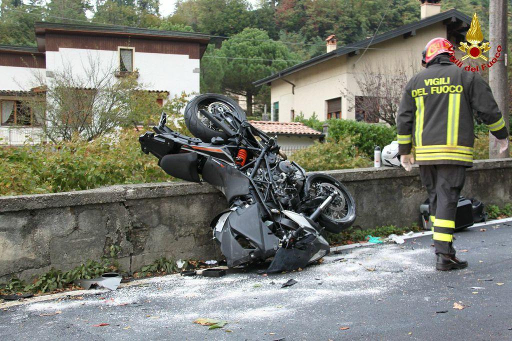 Porto Valtravaglia, incidente tra una moto ed un'auto. Gravi i due passeggeri della motocicletta, finiti nel fiume sottostante