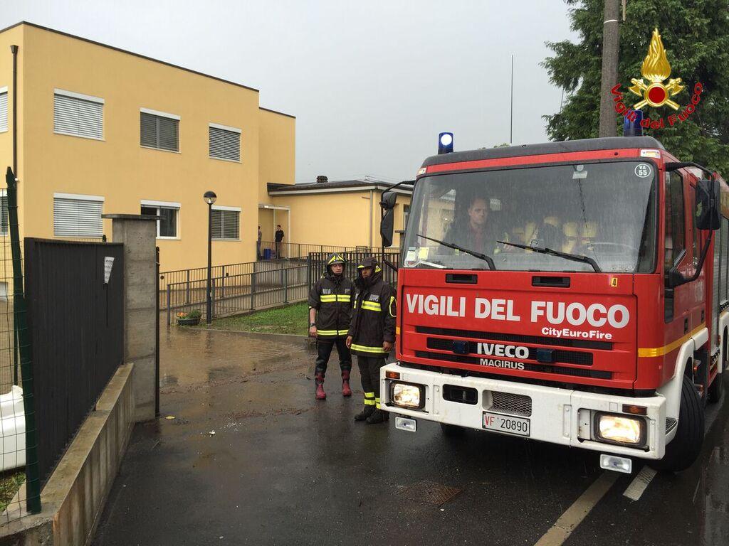 A Somma Lombardo un edificio scolastico è stato invaso dall'acqua, i vigili del fuoco hanno collaborato col personale per aiutare i 120 alunni a ritornare a casa.