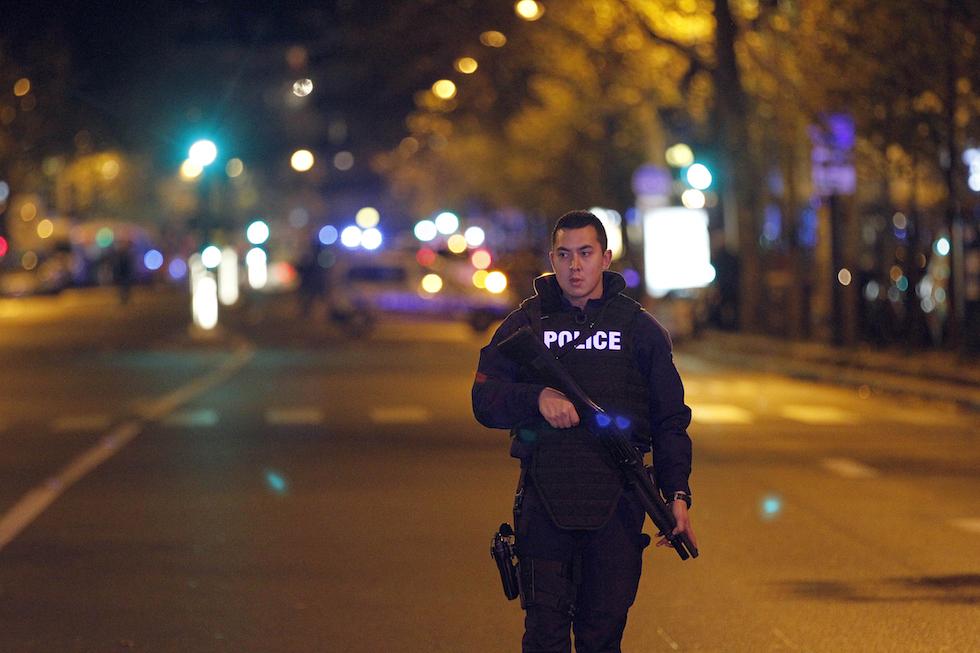 Un poliziotto pattuglia la zona vicino allo Stade de France, Parigi, 13 novembre 2015. (Thierry Chesnot/Getty Images)