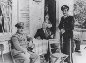 A destra, in piedi, Enrico Sibona, Maresciallo dei Carabinieri della Stazione di Maccagno,  dal 1939 al 1946. (youtube.com)
