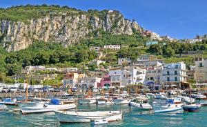 Una veduta dell'isola di Capri (viaggi.virgilio.it)