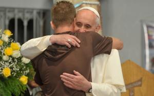 Papa Francesco abbraccia un ragazzo durante la Giornata Mondiale della Gioventù 2013