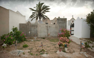 Alcune tombe anonime di migranti africani nel cimitero di Lampedusa (matteodelbo.blogspot.com)