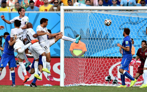 Il gol di Godin, che ha eliminato l'Italia dal mondiale in Brasile (italpress.com)