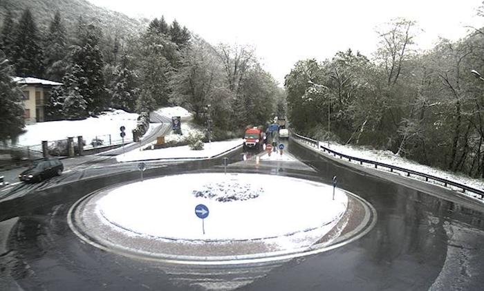 Pazzo aprile, neve sull'alto Varesotto. Le previsioni di Luino Meteo fino a martedì