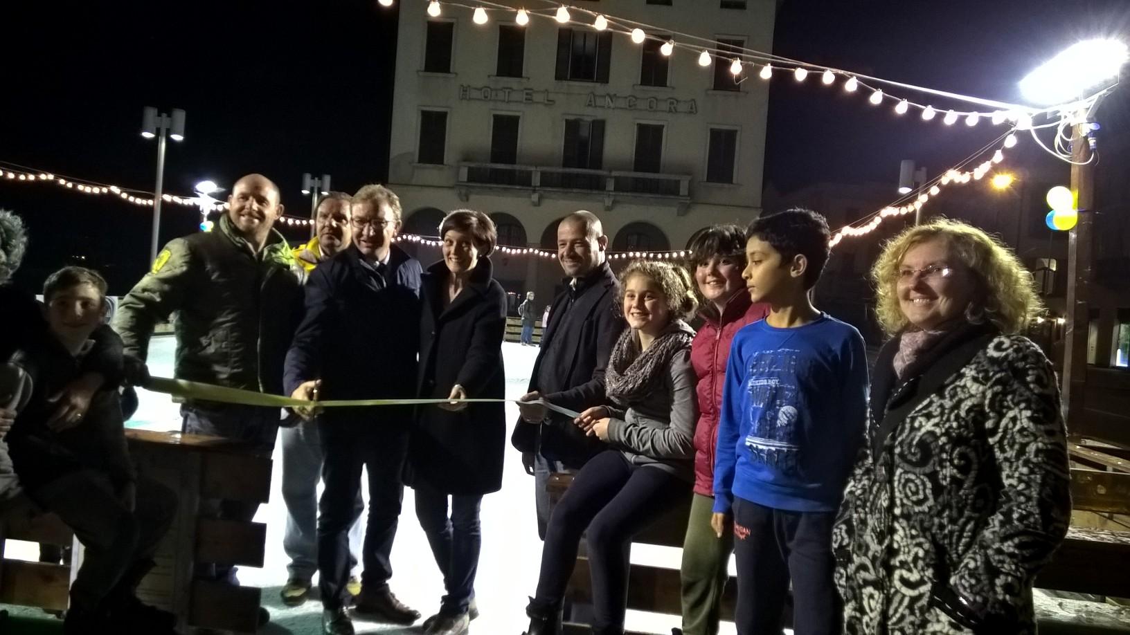 Luino, inaugurata ieri sera la pista di pattinaggio su ghiaccio in piazza Libertà