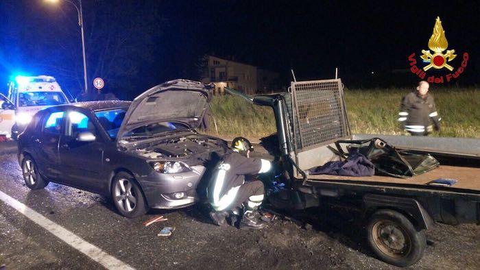 Rocambolesco incidente a Mesenzana: coinvolte due auto, una moto ed un motocarro. Strada bloccata