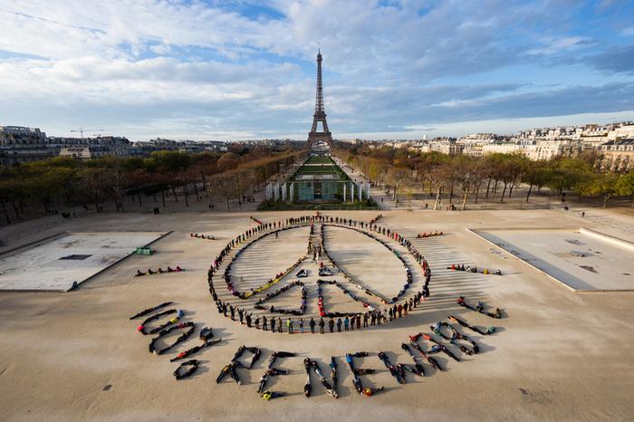 Parigi, Francia – Una scultura umana durante la COP21 di Parigi. © Yann Arthus-Bertrand/Spectral Q