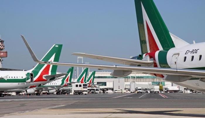 """Alitalia, il ministro dello Sviluppo economico Calenda:""""L'azienda è stata gestita male"""""""