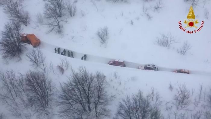 Le operazioni di soccorso dei Vigili del Fuoco verso l'hotel Rigopiano