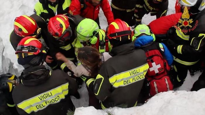 Hotel Rigopiano, si continua a scavare tra neve e macerie. Due morti, trenta dispersi