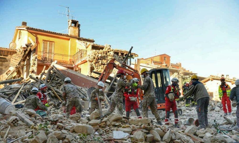 """Ad un mese dal terremoto, Renzi: """"Rifare tutto come prima"""""""