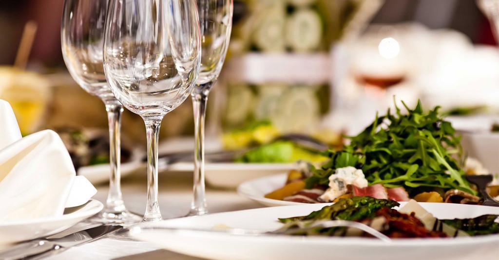 Avanzi di cibo al ristorante: nonostante la legge, solo 1 su 3 li porta a casa