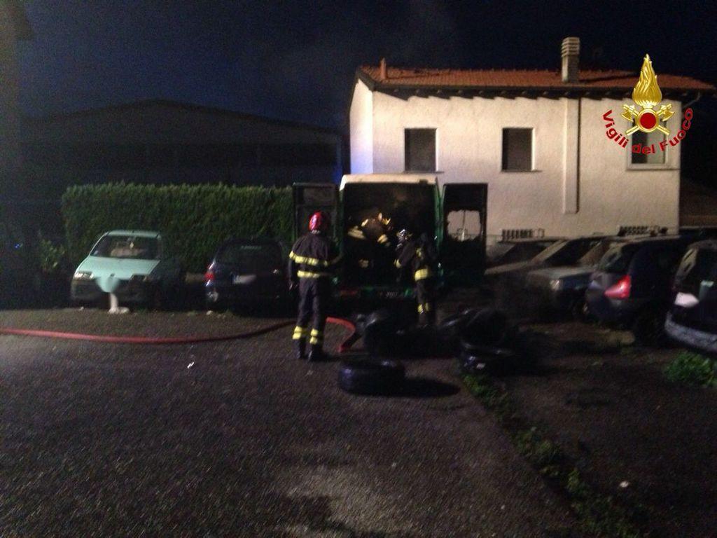 L'incendio dei due furgoni nel parcheggio di Germignaga (foto VdF)