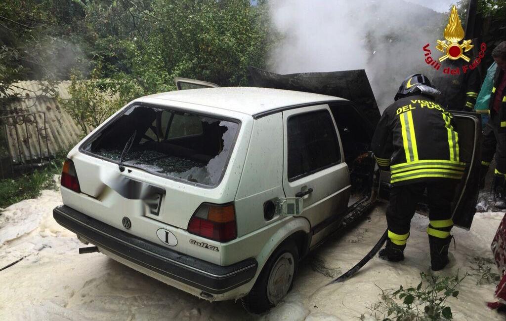 Dumenza, auto distrutta da un incendio. Intervengono i Vigili del Fuoco