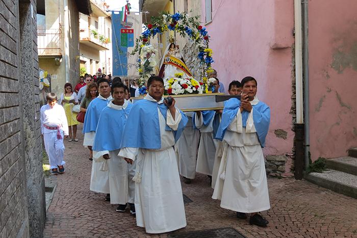 """Oltre 800 ecuadoriani per celebrare la festa della """"Vergine del Cigno"""" a Bedero Valcuvia"""