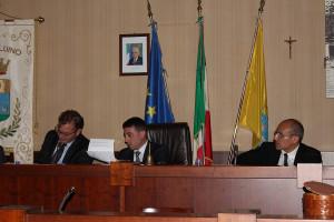 Da sinistra il sindaco di Luino, Andrea Pellicini, il neo presidente del consiglio, Davide Cataldo, ed il segretario comunale, dottor Tramontana