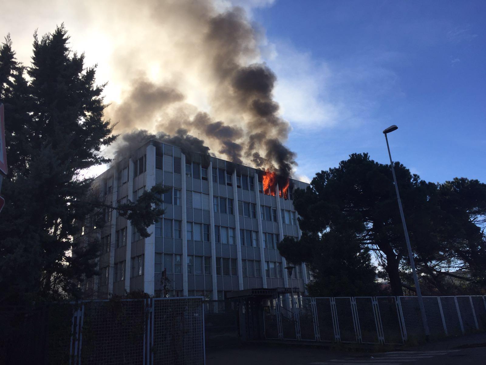 Luino, incendio in un palazzo di via Fornara. Il fumo visibile da chilometri