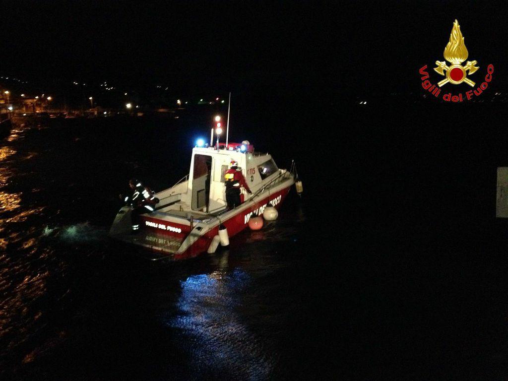 L'intervento dei Vigili del Fuoco per soccorrere un'imbarcazione in difficoltà sul lago Maggiore