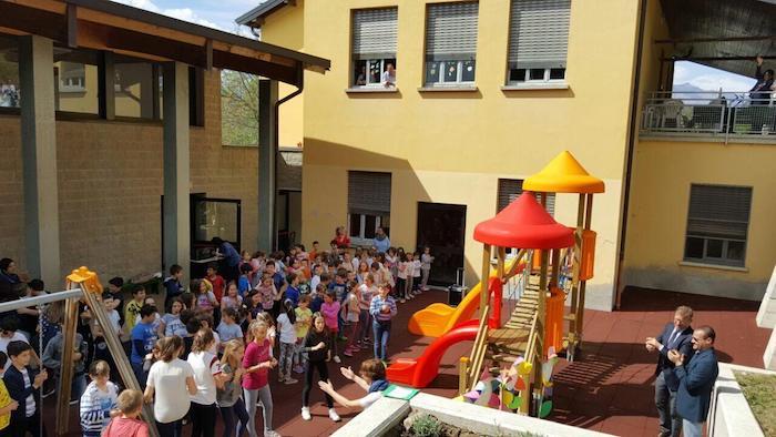 Luino, la scuola delle Motte festeggia l'arrivo della bella stagione. Inaugurato il nuovo Parco Giochi