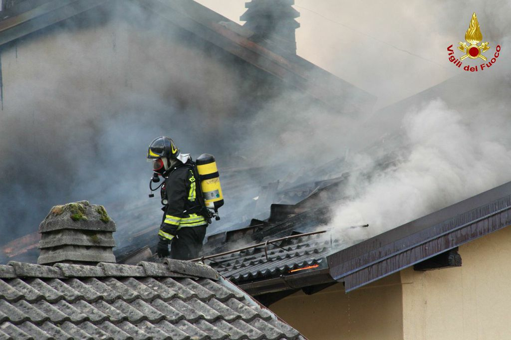 Porto Ceresio, va a fuoco un appartamento. Nessun ferito, ma il fumo si vede da chilometri sul Lago di Lugano