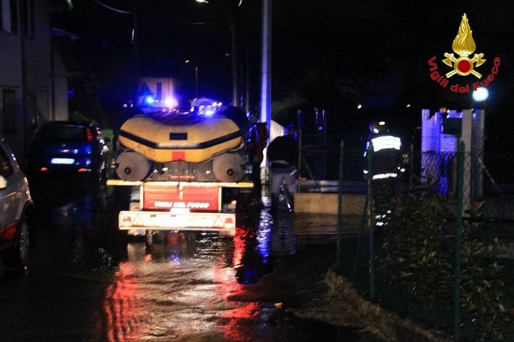 L'intervento dei Vigili del Fuoco durante l'evacuazione di 120 persone per l'esondazione del fiume Margorabbia