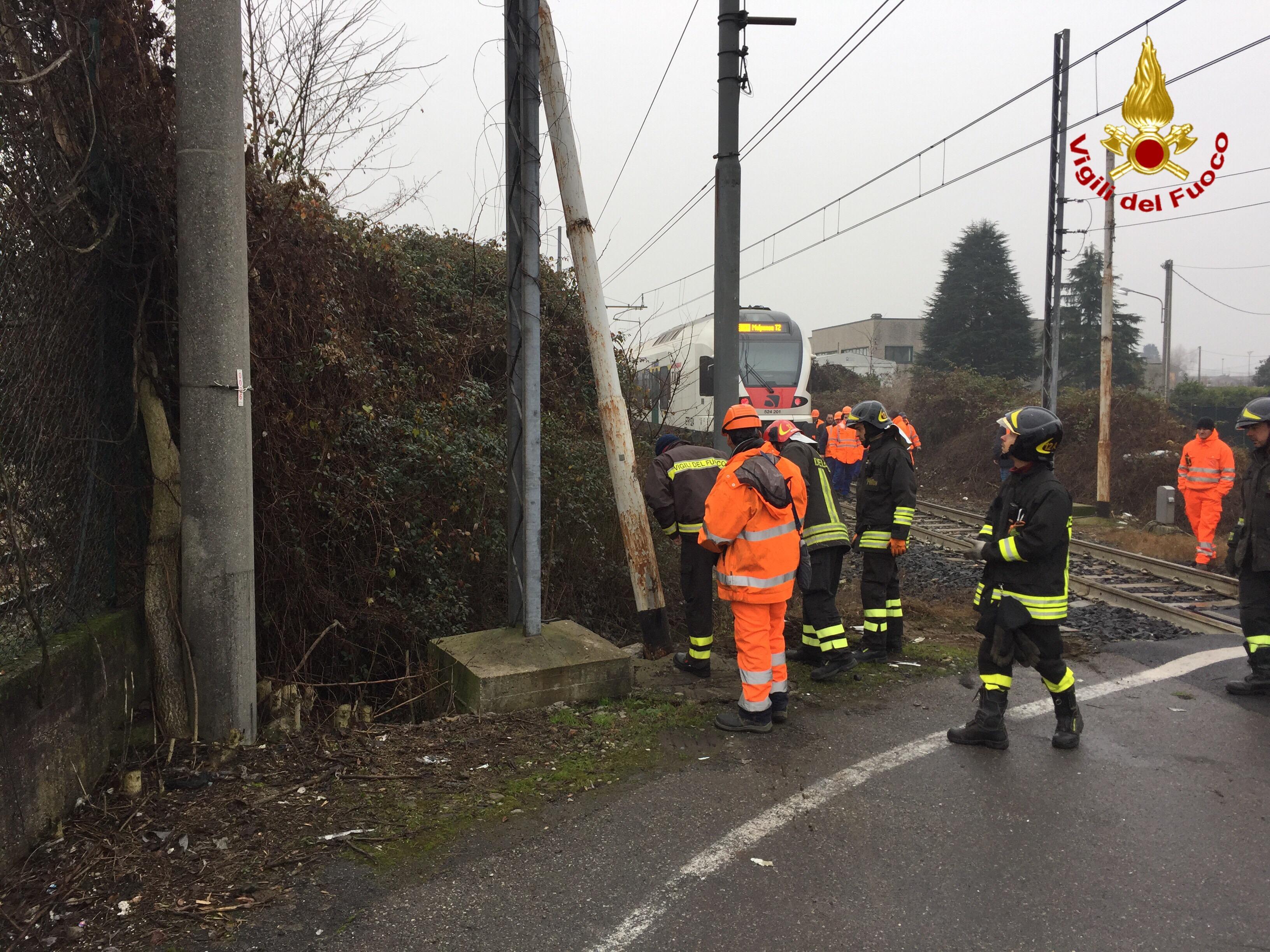 Camion colpito da un treno sulla linea ferroviaria Luino-Gallarate, disagi sulla circolazione