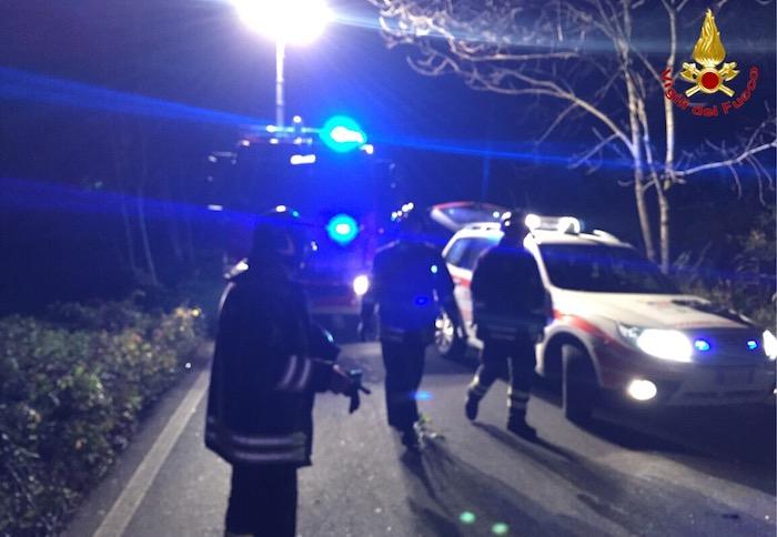 Cucco, frontale tra due auto: tre feriti, uno liberato con le cesoie dai VdF. Interviene anche l'elisoccorso