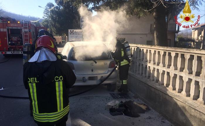 In fiamme un'auto a Cuvio, intervengono i Vigili del Fuoco. Indagano i Carabinieri