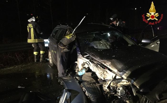 Grave incidente ieri sera a Cremenaga, SP 61 chiusa per ore. Uomo liberato dalle lamiere