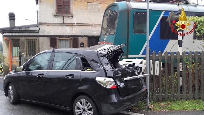 Linea Luino-Gallarate, scontro tra auto-treno al passaggio a livello. Problemi sulla circolazione
